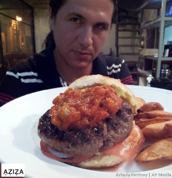 עזיזה - איש ההמבורגרים נהנה מהמבורגר