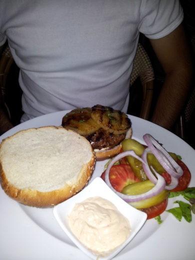 המבורגר עם אננס של נולה סוקס
