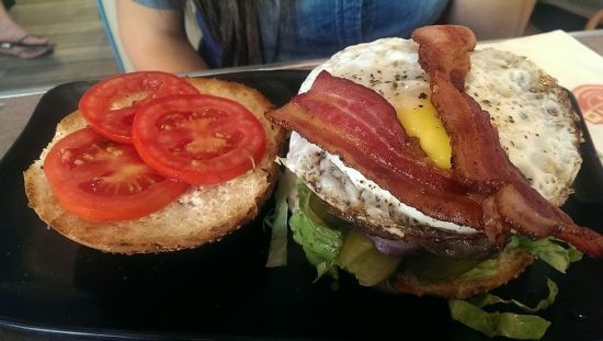 מזללת איוו בורגר - המבורגר עם בייקון וביצת עין