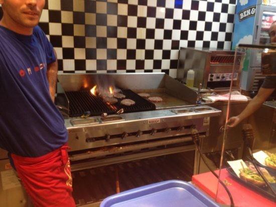 איוו - המבורגרים עושים חיים על הגריל