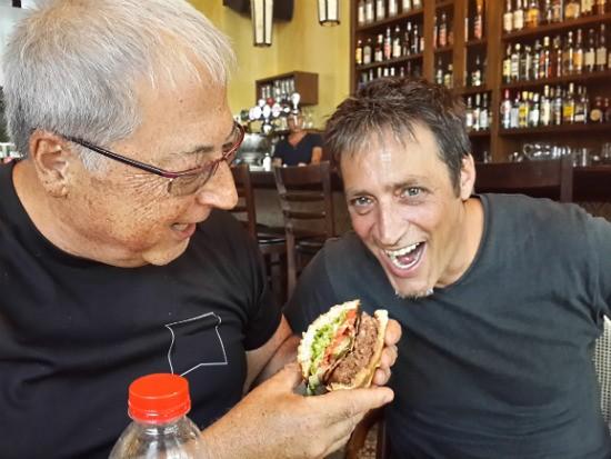 אגאדיר הרצליה פיתוח - רפי ואלי נהנהים מהמבורגר
