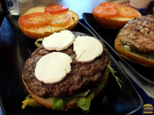 איוו מיטבורגר - המבורגר כבש עם גבינת עזים