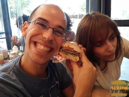 אור בלאן נהנה עם ההמבורגר של IWO's