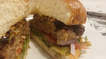מבט מבפנים על ההמבורגר של בורגר פוינט