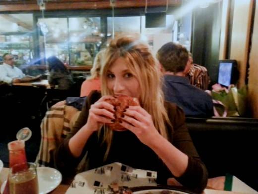 הודיה לוי וההמבורגר של ביסטרו 45