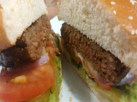 המבורגר כבש וחצילים של בורגר פוינט