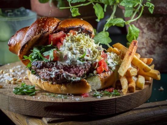 """ינעל העולמבורגר של מסעדת האחים, מקור: יח""""צ"""