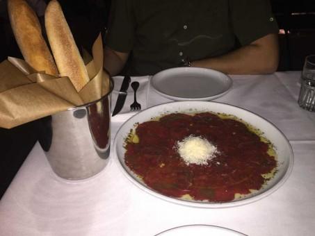 קרפצ'יו פרמז'ן ובגטים של מסעדת הדסון בראסרי