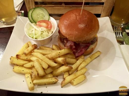 McArthurs - המבורגר צ׳ילי צ׳יז מעניין