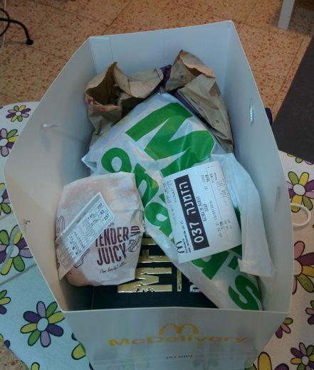 המבורגר מאכזב של משלוח מקדונלד'ס