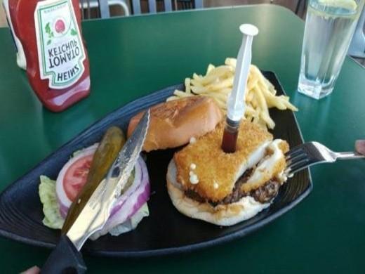 המבורגר Truman & co עם שניצל מוצרלה ומזרק מייפל