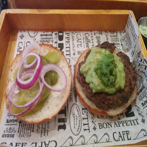וואיקיקי - המבורגר מקסיקני עם חלפיניו, כוסברה וגוואקמולי