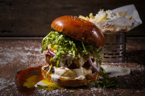 """המבוההמבורגר המטורף של הגראז'רגר מומלץ בראשל""""צ - הגראז'"""