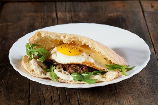 """ההמבורגר של עראיס, צילום: יח""""צ"""