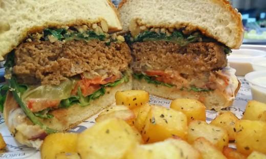 מבט מקרוב על ההמבורגר של פופאי בורגר