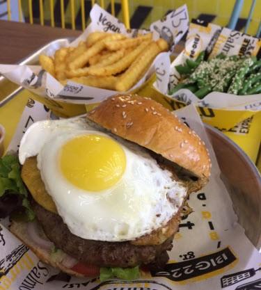 המבורגר עם ביצת עין של בורגר פקטורי אקספרס