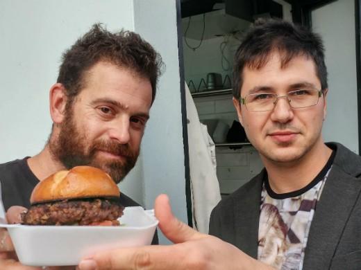 עומר מילר פוגש את איש ההמבורגרים