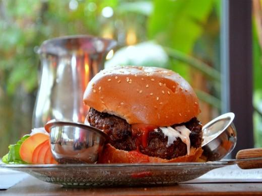 רג'ינה מציגים - המבורגר בהרכבה עצמית