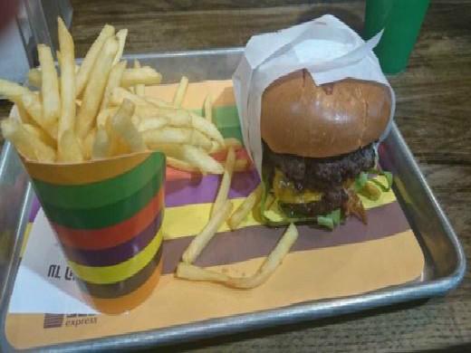 המבורגר וצ'יפס של עד העצם אקספרס