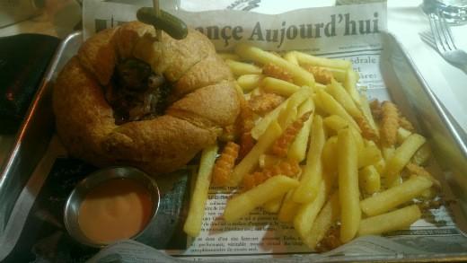המבורגר בקרואסון של בשרלה קריית חיים
