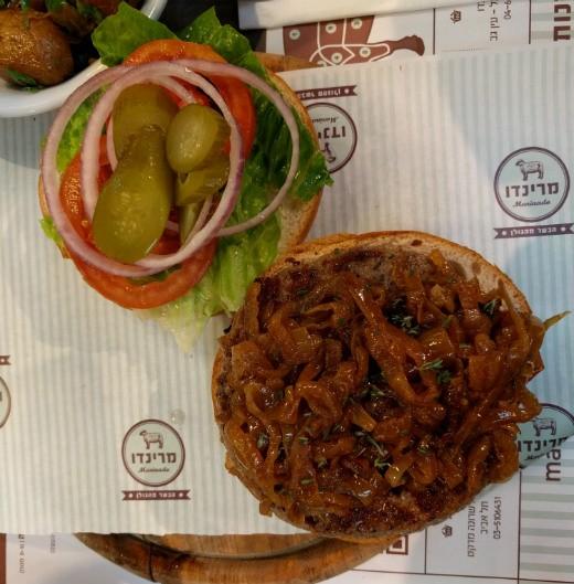 המבורגר עם בצל מטוגן - מרינדו שרונה מרקט