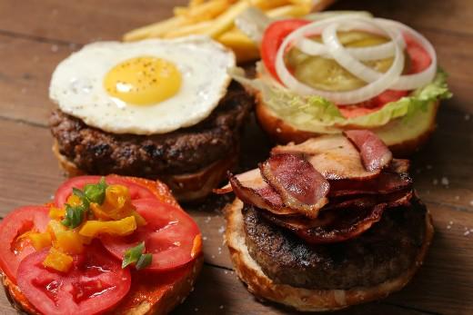 אגאדיר - המבורגר עם בייקון וביצה, צלם: איתי ווקסמן