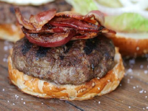 המבורגר עם בייקון של אגאדיר, צלם: איתי ווקסמן