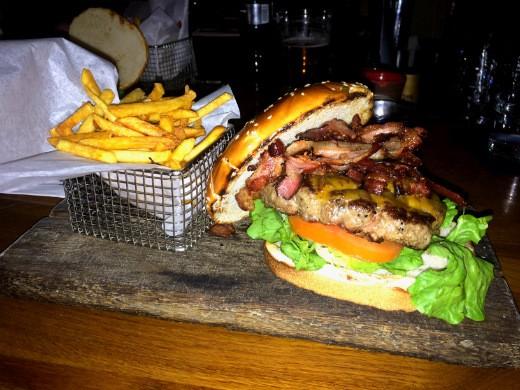 ההמבורגר של הסדנא, עם צ'יפס בצד