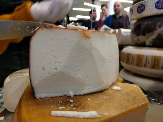גבינת כבשים עם יין - מן האדמה