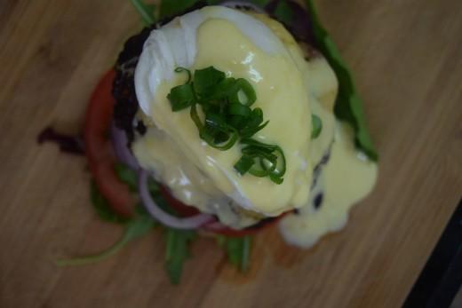 המבורגר פנקייק עם ביצי בנדיקט לכבוד פורים