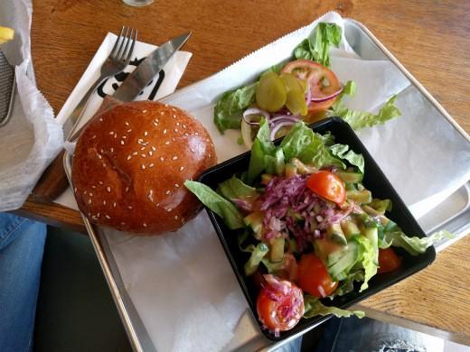 המבורגר טלה וסלט של הלופט