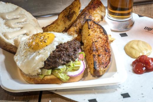 ההמבורגר של דלישס דלי בר, מקור: אנטולי מיכאלו