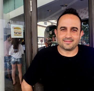 נתי הבעלים עם תו התקן של קהילת המבורגר ישראל