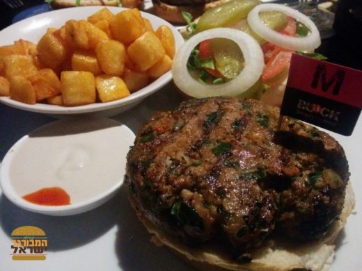 ההמבורגר העסיסי של בלאק לב המפרץ