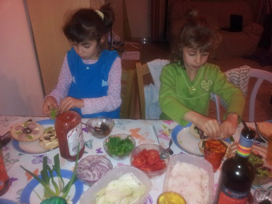 המבורגר כפעילות משפחתית - הילדים משתתפים