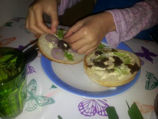 הילדים מקשטים את ההמבורגר