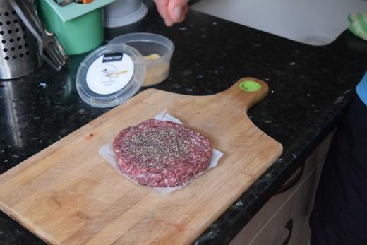 מתכון צ'יזבורגר מעושן - הכנת הבשר