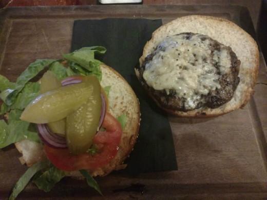 המבורגר עם תוספת גבינה של הטחנה