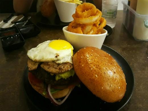 רד שדרות - המבורגר כשר עם ביצה