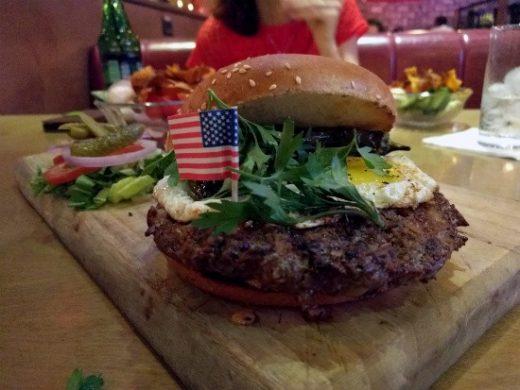 מסעדת סאנסט - המבורגר כבש מלא בטעמים!