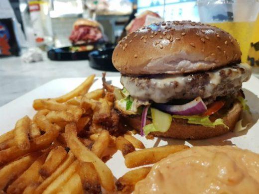 תענוג של המבורגר - דלישס שוק רושטילד