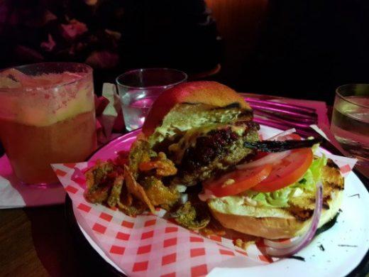 ההמבורגר של מוטל אימפיריאל דה לוקס