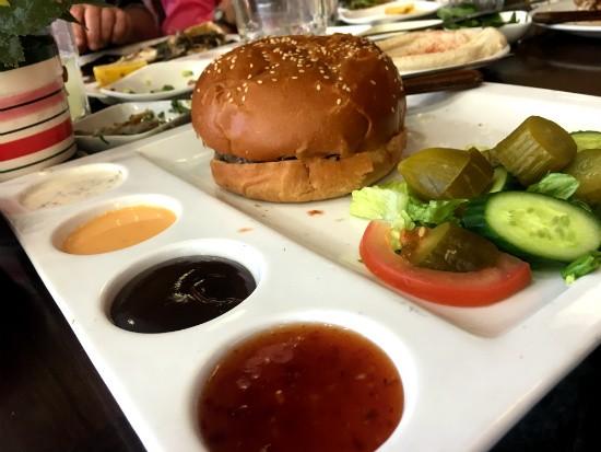 מנת ההמבורגר של מסעדת אווזי חיפה