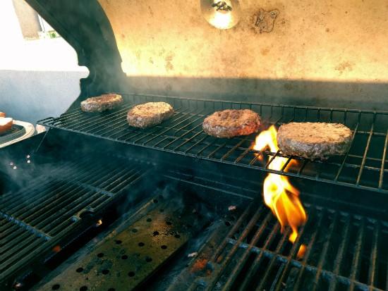 ההמבורגרים של אטליז צורי פוגשים את הגריל