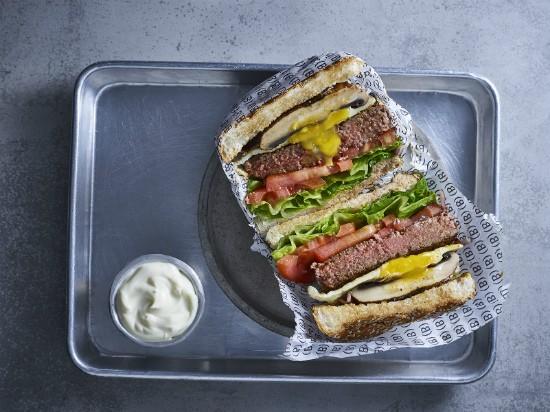 """בורגרס בר אקספרס, המבורגר חצוי. מקור: יח""""צ"""