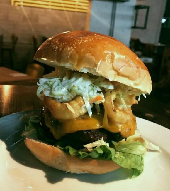 """ההמבורגר של R&R דיינר - מקור: יח""""צ"""
