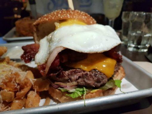 """ההמבורגר של """"אמריקה"""" מלא בביצה וגבינה"""