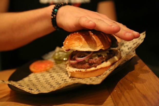 """ההמבורגר של פאב 55 כפר סבא, מקור: יח""""צ"""