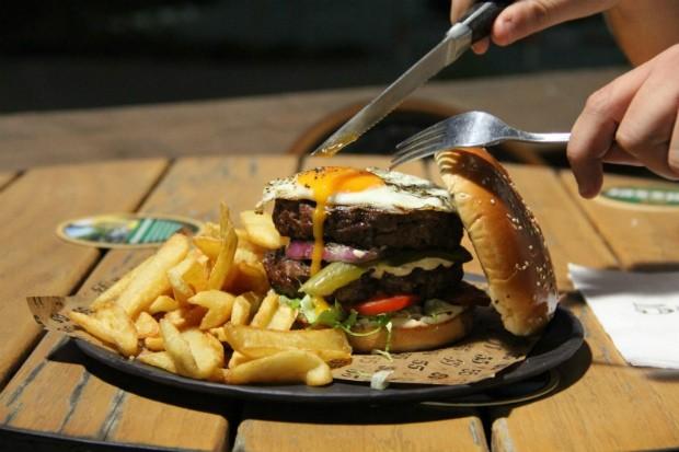 """פאב 55, המבורגר עם ביצה. מקור: יח""""צ"""