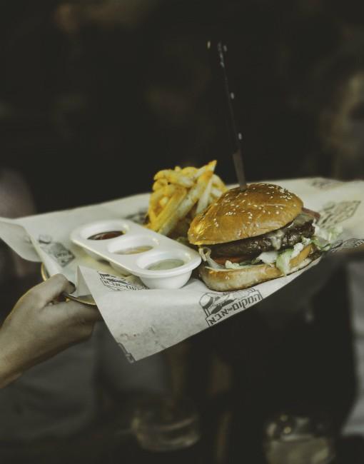 """ארוחת המבורגר, המקום של אבא - מקור: יח""""צ"""